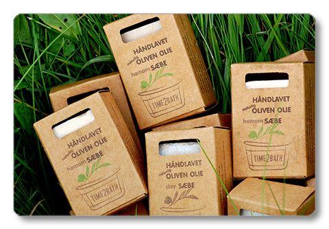 Time2Bath TVÅL Time2Bath har två tvålar, som båda är handgjorda enligt gamla metoder och bygger på närande olivolja och mjölk, inga tillsatser.     Hamamtvålen kan användas före och efter användning av kese på hela kroppen.     Tvålen med lera kan med fördel användas som en ansiktstvätt där leran rengör på djupet och därmed minskar pormaskar och orenheter. Den kan användas dagligen.
