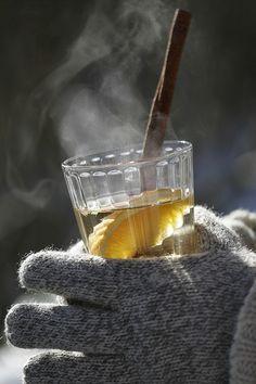 Hvid gløgg med hyldeblomst og appelsin : 3 dl konc. hyldeblomstsaft 1 stang vanilje 8 hele nelliker 1 lille stykke tørret ingefær 1 flaske tør hvidvin evt. rom 2 økologiske appelsiner kanelstænge