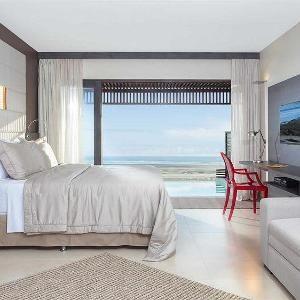 """Localizado em frente ao mar de Jericoacoara, o Essenza Hotel está ao lado da Duna do Pôr do Sol e a 2,5 km da Pedra Furada. O hotel oferece uma piscina de 1300 m² e borda infinita, além de concièrge pessoal e Wi-Fi gratuito.  Com vista para o mar e para a Duna do Pôr do Sol, os quartos possuem ar-condicionado, TV LED de 40"""" a cabo, cofre digital e frigobar com design retrô.   As comodidades incluem hidromassagem panorâmica, academia e saunas seca e úmida. Também conta com o Aram Spa e…"""