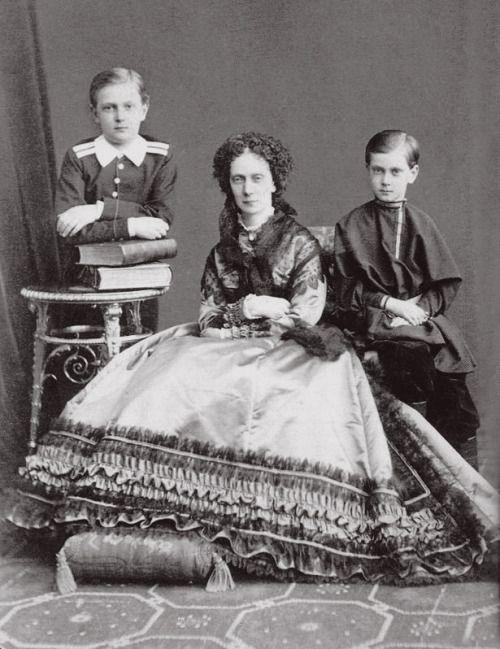 Императрица Мария Александровна с двумя младшими детьми великого князя Сергея и Павла, как маленькие мальчики