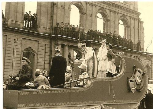 1956. Festwagen mit dem Faschingsprinzenpaar vor dem noch nicht wieder aufgebauten Neuen Schloß. - von Zeit zu Zeit - Stuttgarter Zeitung