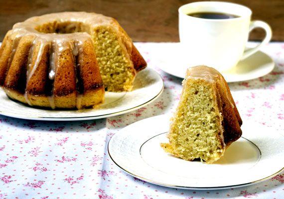 Bögrés kuglófA kuglóf a karácsony jellegzetes édessége, tőlünk nyugatabbra egészen biztosan, de idehaza is egyre nagyobb népszerűségnek örvend a messziről felismerhető finomság. A bonyolultabb verziók mellett létezik egy pofonegyszerű változat is, amit kezdő szakácsként is biztosan sikeresen elkészíthetsz. Vedd elő a bögréd, mérj ki vele másfél adag lisztet, fél bögre olajat és tejet, egy bögre cukrot, üsd hozzájuk négy tojássárgáját, keverd el egy csomag vaníliás cukorral és egy-két…