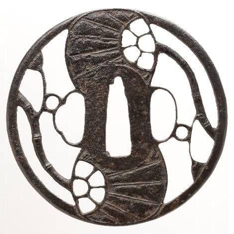 団扇透図鍔 古正阿弥   団扇透図鍔 古正阿弥   図柄を陰影として表現する陰透とは逆に、主題を陽に表わした作もある。このような団扇を描いたものであれば比較的分り易い。巴に構成しているのも古くからある。わずかに肉彫を加えているため、造形的な面白さだけでなく、表現されている竹という...