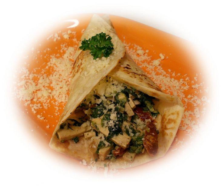 Tortilla s uzeným Šmakounem, špenátem a sušenými rajčaty