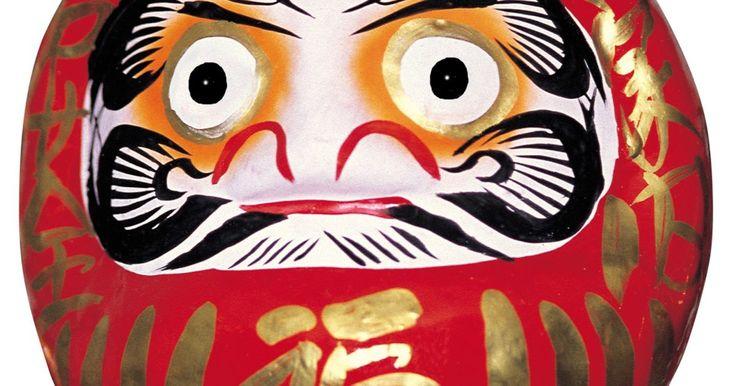 Cómo hacer un muñeco Daruma. Los Daruma son pequeños muñecos japoneses utilizados para pedir deseos. Estos se parecen menos a los muñecos bebé que transportan las niñas y más a pequeñas piezas escultóricas. Tradicionalmente, no tienen extremidades y su finalidad es representar a Bodhidharma, el fundador del Budismo Zen, una religión y escuela de pensamiento. La mayoría de los ...