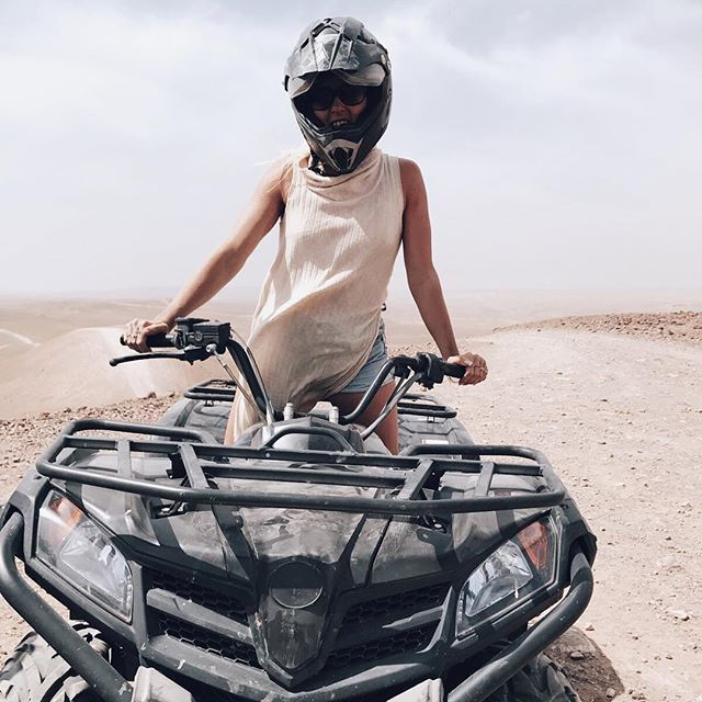 This actually happened!!! 🌵🔥Racing in the dessert for two hours after glamping in a two-room luxury tent at @scarabeocamp 😍 Stories coming up 🙌🏼 #mumbaistockholmtravels #wheninmarrakech #scarabeocamp #morrocco #atv #fourwheel #glamping #leka #är #livet!!! @linnboerke @iselinalondon