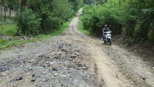 Jalan penghubung antar desa Sondaken dan Pungkol di Kecamatan Tatapaan.