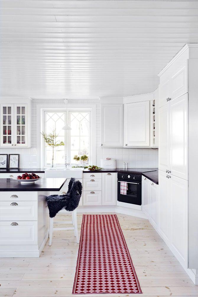 Det är lätt att tro att spegeldörrar, kakelugnar och spröjsade fönster är i original från byggåret. I själva verket är halva huset nybyggt och den gamla delen totalrenoverad, berättar Anna. I tillbyggnaden ryms det stora luftiga lantköket som öppnar sig mot vardagsrummet. Stora bänkytor bjuder in till matlagning och bakning där både små och stora har gott om svängrum att hjälpas åt i julbestyren.