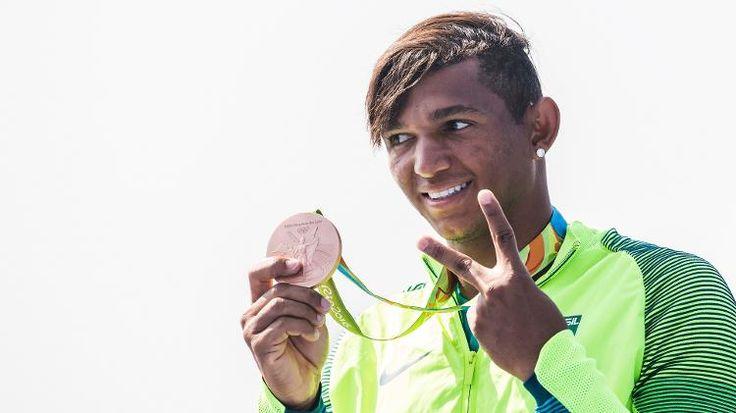 Olimpíada Rio - 2016. Isaquias Queiroz, do Brasil, conquista medalha de bronze no C1 200 da canoagem.  Fotografia: Eduardo Knapp / Folhapress.
