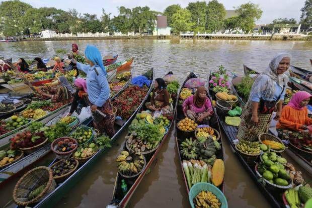Ada Pasar Terapung di Pusat Kota Banjarmasin. Floating market