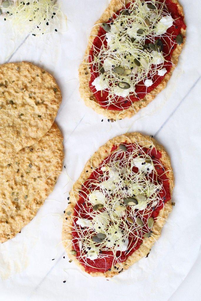 Gezonde pizza broodjes met geitenkaas en knoflook kiemen
