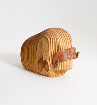 ARNE TJOMSLAND  Figur Moskus-fremstilling. Hiorth & Østlyngen. 1950/60-tallet. PROVENIENS Arne Tjomsland Furu og skinn. Merket: Arne Tjomsland Norway.