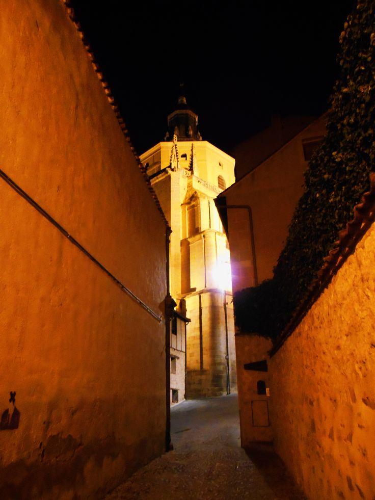 La Catedral desde una bocacalle de  la Judería
