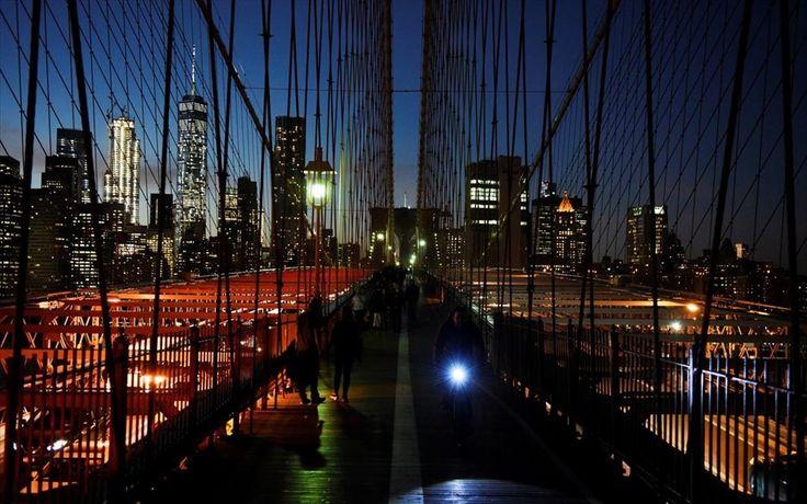 Κόσμος διασχίζει τη γέφυρα του Μπρούκλιν, στη Νέα Υόρκη