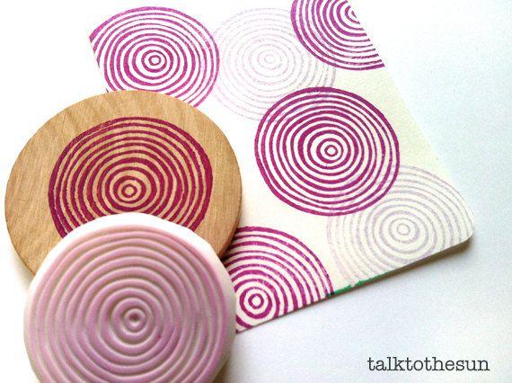 círculos de espiral son ideales para embalaje de papel y tela de regalo! Esta serie se llama Caleidoscopio. Elija no montado o montado sobre disco de madera. puse palabras memorables y con motivos en círculos y diseñado en sellos. cada sello es diseñado y tallado por talktothesun. ideal para scrapbooking, tarjeta que hace y otras manualidades.  TAMAÑO: unos 4cm (1.6 en)  IDEAS PARA MANUALIDADES: DIY cumpleaños, bodas, compromisos, día de la madre, día de San Valentín / / sellado en fundas de…