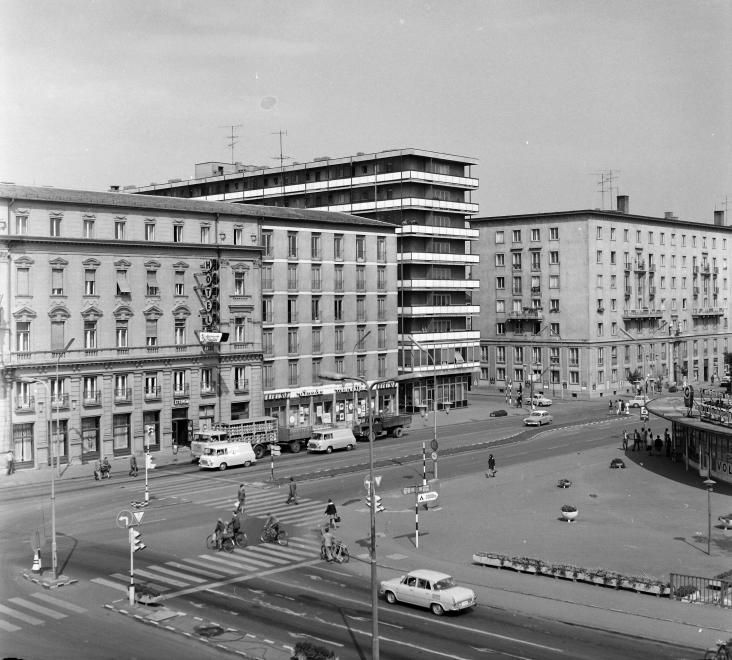 Szent István út (Tanácsköztársaság útja) a Városház (Szabadság) térről nézve, balra a Hotel Rába, jobbra az IBUSZ pavilon.
