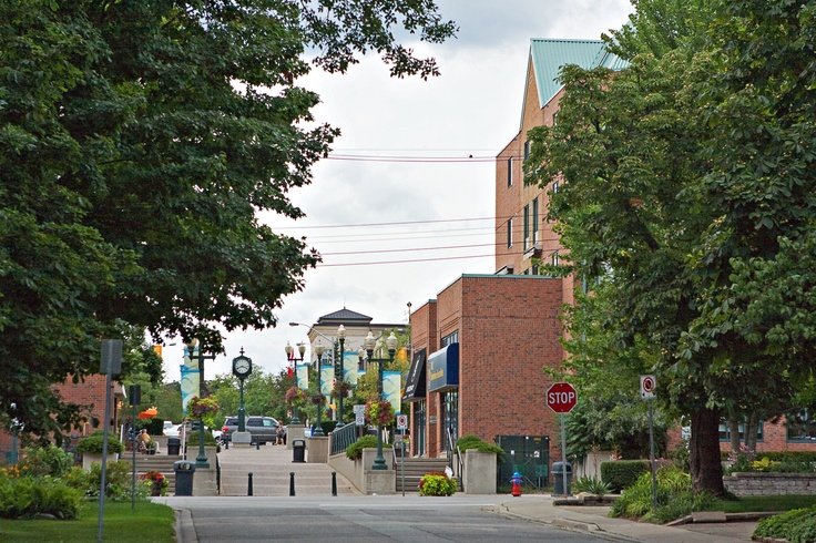 South Oakville residents thoroughly enjoy the boutique style shops and fine restaurants of Downtown Oakville.