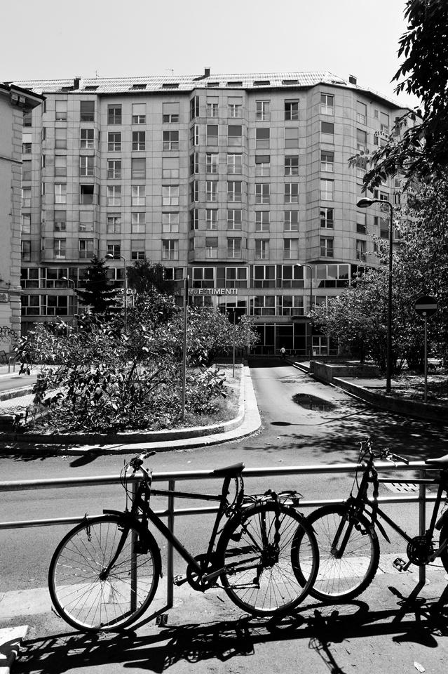 foto: 2012;   architetti: M. Asnago e C. Vender; edificio per uffici e abitazioni Piazza Ss. Trinità 6;   anno 1969