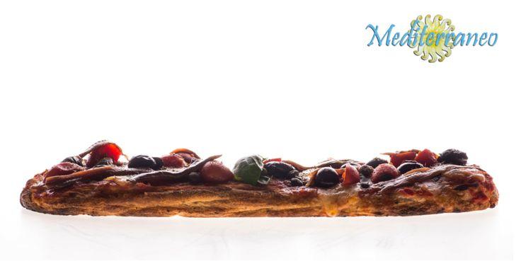 #PizzaNuvola Consistenza: media altezza, croccante all'esterno e morbida all'interno. Farina: realizzata con farro, semola di grano duro siciliano e grani antichi macinati a pietra. Lievito: naturale da pasta madre. L'arte della pizza, la passione per la qualità. #RistoranteMediterraneo