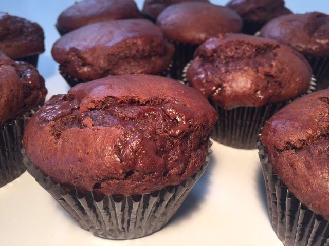 Lækre store bløde chokolademuffins med KÆMPE stor chokoladesmag, lige som de muffins du kan købe påMcDonald's. De er hurtige og nemme at lave