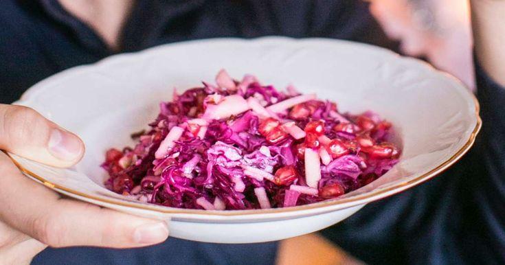 Punakaalin ja granaattiomenan yhdistelmä hivelee makunystyröitä! Salaatin juju on kaalisuikaleissa, joita raakakypsytetään suolattuna tunnin verran.