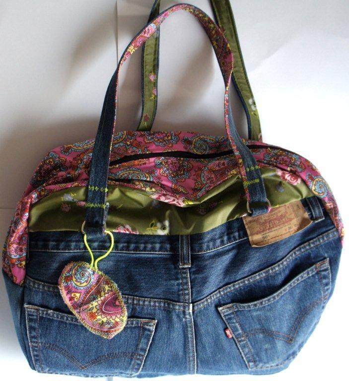 Luiertas jeans Retro Baby Shop    Deze leuke luiertas is gemaakt van een gerecyclede spijkerbroek, de tas is verder afgewerkt met verschillende stoffen in roze en groen en doorgestikt met neongaren.