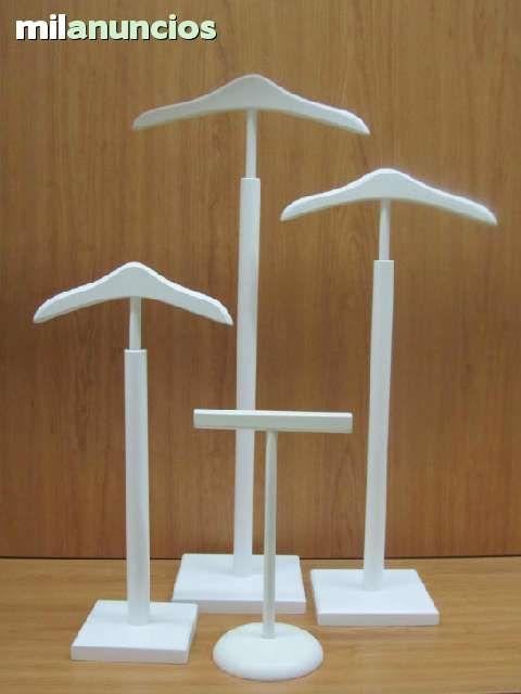 . Perchas para escaparate infantil en diferentes modelos y tallas. En lacado blanco o pino natural.