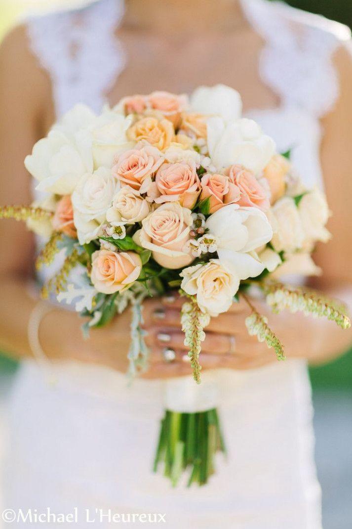 melocotón y cremas ramo de novia atado a mano para la boda de verano en la casa de la colina de la vid …