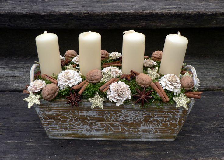 Svícen přírodní Vánoční svícen v dřevěném truhlíku.Délka 30 cm,výška 20 cm.