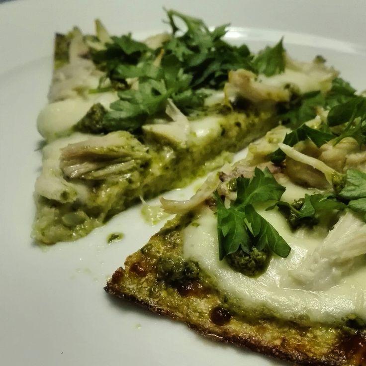 Blomkålspizza med pesto, mozzarella og kylling! :DBlomkålspizza er en pizza lavet på blomkål. Det vil sige at bunden er lavet af blomkål. Og jeg som ikke selv er sååå vild med blomkål, syntes at denne pizza smagte fantastisk! Bunden bliver ikke sprød, men har en dejlig brød-agti