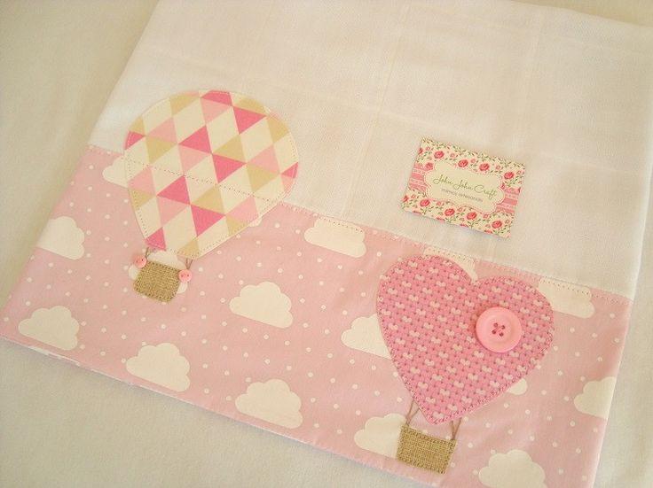 Fralda de Ombro - Balões é confeccionada em fralda de ótima qualidade, dupla, barrado em tricoline (100% algodão) e com delicadas aplicações. Ideal para proteger a pele delicada do seu bebê na hora da amamentação