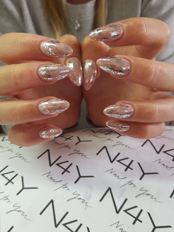 Nude ovale negle i gele med sølv foile i nail art. Her er lagt en nude Gel Polish og der er sluttet af med en sølv transfer folie, neglene er lavet af Cecilie