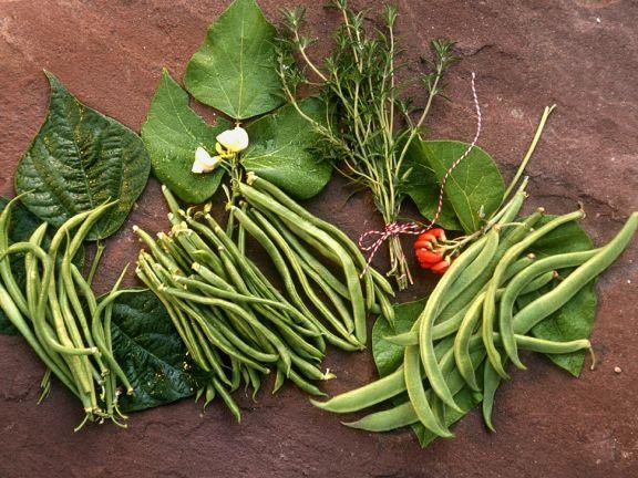 Verschiedene grüne Bohnensorten auf Bohnenblättern ist ein Rezept mit frischen Zutaten aus der Kategorie None. Probieren Sie dieses und weitere Rezepte von EAT SMARTER!