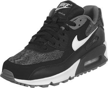 Bien que la chaussure Nike Air Max 90Youth GS vient en noir, gris et blanc, elle impressionne par son style rétro cool et le mélange de matériaux en cuir et textile.  Le Air Pad blanc que vous pouvez voir à travers la fenêtre de la semelle existe depuis 1987sur le marché de lAM1 , depuis il est irremplacable. Il offre une protection ideal contre les chocs.  Les petits pieds - et oui, nous avons la chaussure malheureusement que en tailles 35,5 à 40 - gagnent un nouveau meilleur ami avec un…