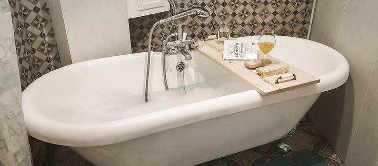 TUTORIEL - Pour bouquiner, siroter un verre ou poser votre boisson chaude, fabriquez-vous un plateau de baignoire à votre goût. Un atout sans pareil pour votre salle de bains.