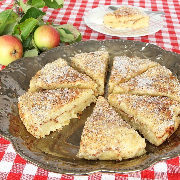 Supersaftig, gudomligt god äppelkaka med smak av kanelbulle som är busenkel att göra!
