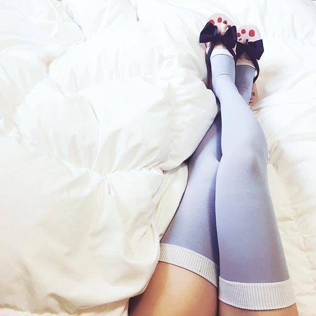 飛行機でメディキュット☁️  The way to stand atmospheric pressure in a plane✈️  #socks !!  .  .  .  🔝オシャレなトラベルグッズのセレクトや、旅のコツをblogで紹介してるので、チェックしてみてくださいね👀  ▶︎ http://store4traveler.blog.fc2.com/  .    #メディキュット #機内 #機内コーデ #海外旅行 #飛行機 #女子旅 #女子旅行 #旅行計画 #旅 #くつした #パッキング #旅の持ち物 #旅行準備 #機内持ち込み   #travel #travelgram #passport #outfitoftheday #ootd #yolo #relax #chillout
