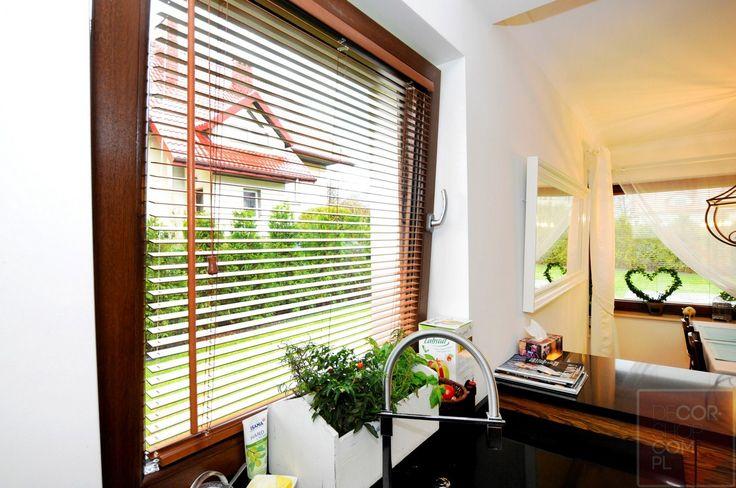 Żaluzje drewniane to sprawdzone rozwiązanie które uchroni Twoje pomieszczenie przed słońcem i spojrzeniem ciekawskich sąsiadów.