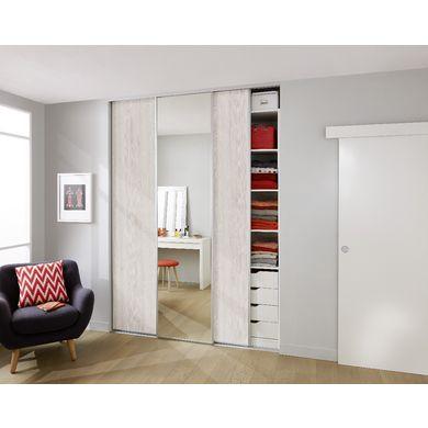 Accédez facilement à vos rangements grâce à cette porte de placard coulissante. Vous agrandissez également votre pièce en insérant un miroir pour un intérieur au design moderne.