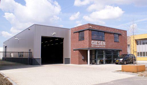 Kantoor met bedrijfshal Giesen metaalbewerking te Nuenen