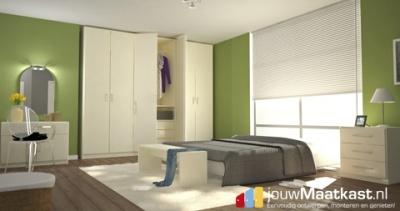 Slaapkamer met verschillende maatmeubels van jouwMaatkast.nl zo is er het witte maatbankje aan het voeteneind. De witte inbouwkast op maat met draaideuren, het dressoir op maat en het nachtkastje op maat met lades. Alles op maat te bestellen door klanten en helemaal zelf online te ontwerpen.