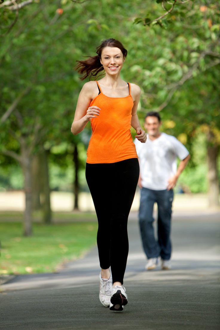 Cuando pensamos en hacer ejercicio, lo primero que se nos viene a la mente es el gimnasio, pero también podemos aprovechar los parques y avenidas para salir a correr, de ésta manera podremos trazar diferentes rutas y salir de la rutina.