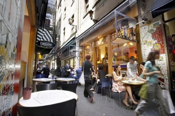 Australien: Shopping-Tour durch Melbourne  (rf) In der australischen Metropole Melbourne gibt es Märkte, Arkaden, Shopping-Viertel, Outlets und versteckte Geschäfte in Hinterhöfen, die es zu entdecken lohnt. Zudem gibt es viele kleine Läden ...  Link: http://www.reisefernsehen.com/reise-news/reise-news-aus-aller-welt/australien-shopping-tour-durch-melbourne.php