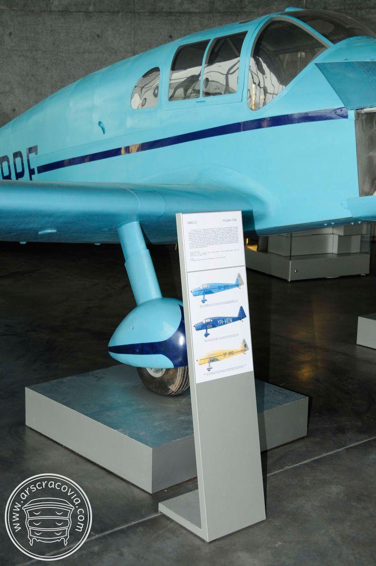Podesty, stojaki opisowe eksponatów, obłożone anodowaną blachą aluminiową grubości 1 mm.