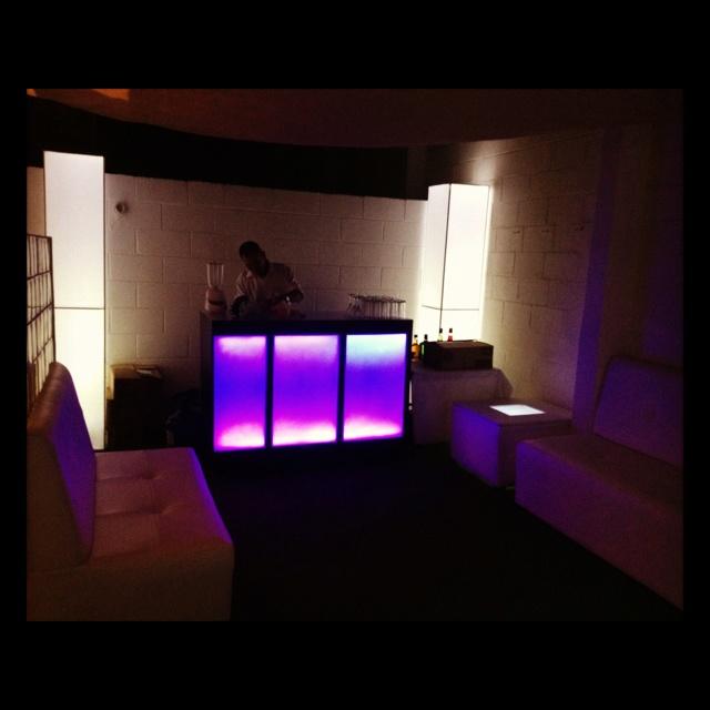 Barra iluminada, mobiliario Lounge para tus eventos!!