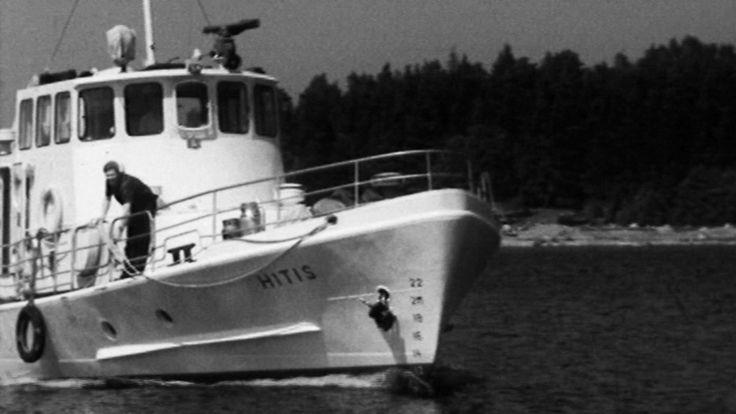 Vi beger oss till Hitis med Öivind Nyquist 1965. Avfolkningen är ett faktum och det lönar sig inte längre att trålfiska. Ligger framtiden i turistnäringen eller hur skall det gå för Hitis?