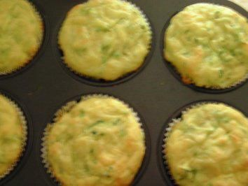 Das perfekte Maismehl-Muffins mit Käse und Zucchini-Rezept mit einfacher Schritt-für-Schritt-Anleitung: Zucchini grob raspeln. (Gluten Free Recipes Muffins)