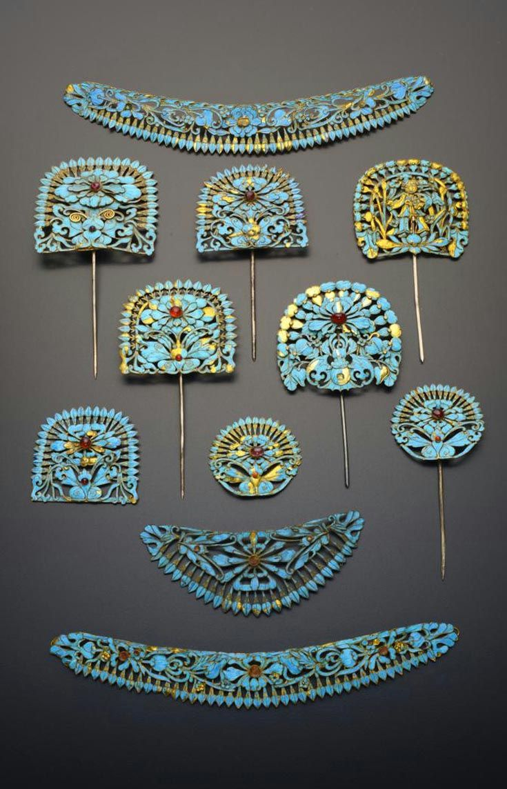 China | Eleven gilt metal and Kingfisher feather hair ornaments; variously decorated with scrolling foliate designs, bats and butterflies and set with coloured stones, one depicting a standing figure | Qing Dynasty | 4'200£ ~ sold (May '15)