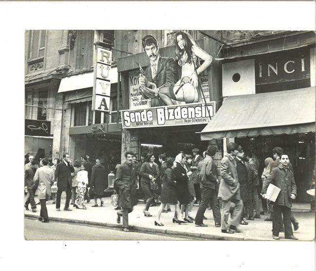 """Beyoğlu Rüya Sineması'nda """"Sen de Bizdensin"""" (1970) filminin feneri. Agâh Özgüç Arşivinden."""