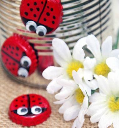 DIY Bottle cap magnet ladybugs - fun recycling craft for kids // Söröskupak katica (bogár) - egyszerű kreatív ötlet gyerekeknek // Mindy - craft tutorial collection // #crafts #DIY #craftTutorial #tutorial